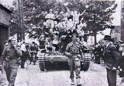 1944-09-04-03a-bis-massemen-britse-cromwelltank